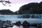 【乙字ヶ滝】 日本の滝百選のひとつ。那須高原に源を発する阿武隈川唯一の滝で、水が乙字の形をして流れ落ちることからこの名がついた。水かさが増すと100mの川幅いっぱいに落下する様子が小ナイヤガラの滝とも言われている。元禄2年には松尾芭蕉がここを訪れ、「五月雨の滝降りうづむ水かさ哉」と詠んだ。