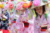 【南須釜の念仏踊り】江戸時代の初期から受け継がれている伝統的な民俗芸能。毎年4月3日の大寺薬師祭には東福寺境内で南須釜念仏踊りが奉納され、8月14日には東福寺と新盆にあたる各家を巡って踊り、亡くなった親族の御霊を供養します。  踊りは6歳~12歳位までの少女10数名ほどで構成され、着物に花笠をかぶり、両手に扇子や綾竹を持って華やかに踊ります。昭和50年に県の重要無形文化財に、昭和53年には国の選択無形民俗文化財の指定を受けています。
