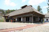 【樹里庵】 江戸期の東山村(1791年)の庄屋を務め、代々農業を営んできたという鈴木家の住居を移設し復元。  日常生活を送っていた居住部、農作業をしていた作業場、馬屋などが忠実に再現されています。